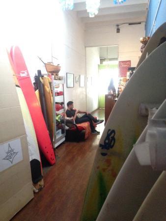 Uma Jaqi Surf Hostal: La recepción de Uma Jaqi con todas las tablas de Surf y de Stand Up Paddle.