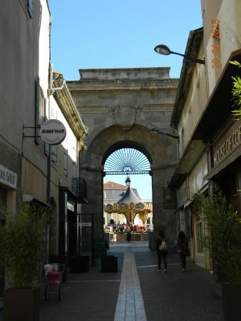 La Bastide Saint Louis: Calle peatonal y arco