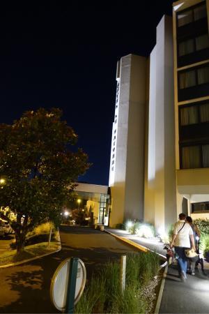 Le Bayonne Hotel: Entrée de l'Hotel de nuit
