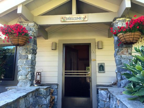 Ferrando's Hideaway Cottages: entrance to Alberti cottage