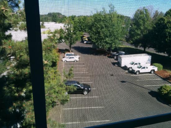 Holiday Inn Express Portland - Jantzen Beach: Parking view from room
