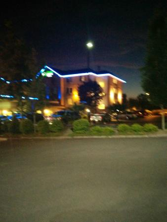 Holiday Inn Express Portland - Jantzen Beach: Hotel at night