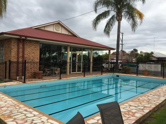 Comfort Inn Blue Lagoon: Pool and restaurant