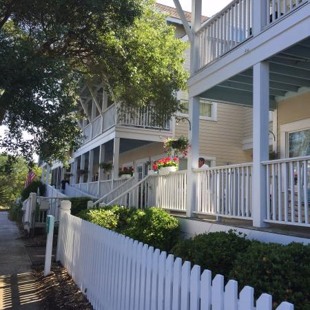 Marsh Harbour Inn: Front view of the inn from our golf cart