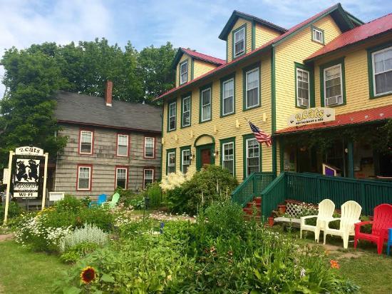 2 Cats Inn B&B: The Inn and Garden