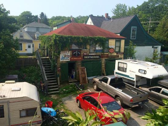 2 Cats Inn B&B: The Backyard