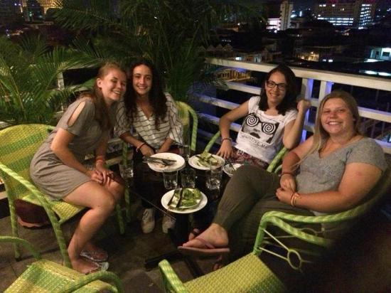 Hang Neak Hotel: Guest having dinner on the roof top