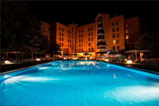 La piscina durante la noche fotograf a de barcelo caceres for Piscina climatizada caceres