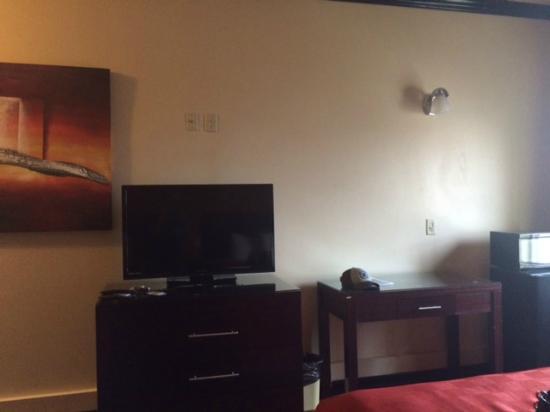 Blue Bay Inn & Suites: Flat screen. Mini-Fridge. Microwave