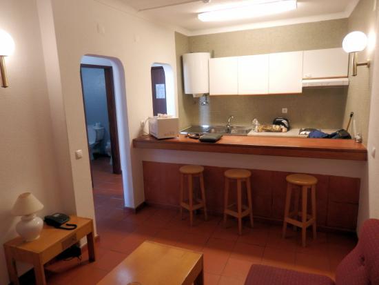 Küchentresen blick vom wohnraum auf küchentresen und eingangsbereich bad
