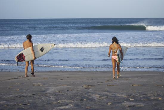 Las Salinas, Nicaragua: Girls walking out to clean overhead waves
