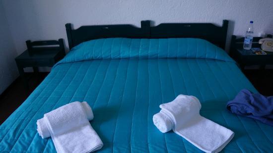 Victoria Hotel: Кровать была заправлена как одна, но по факту это были 2 раздельные кровати.
