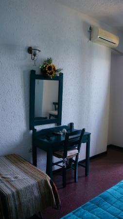 Victoria Hotel: Стол. И в нашем номере была еще отдельная софа.