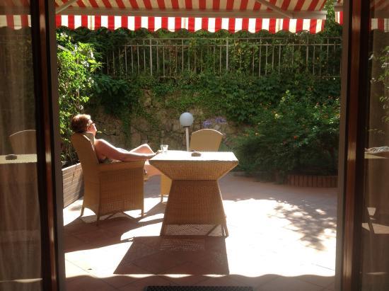 Green House Sorrento: Sunny patio