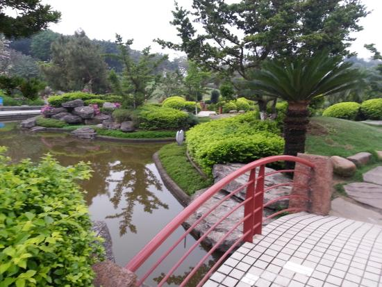 Qiandeng Lake: View of the garden and lake