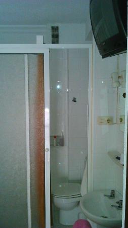 """Hostal Versalles: Alfombra,  """"cuarto de baño """"y colchón.. No debería ni salir en Internet este sitio"""