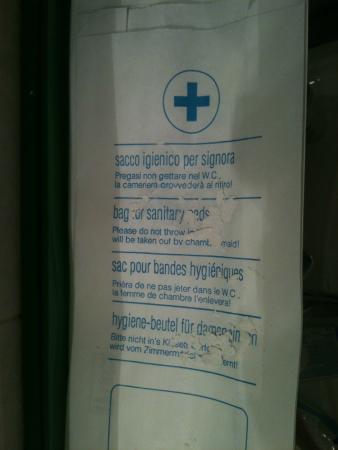 Albergo Venezia : Morceau de plafond sur l'évier,ou votre tête/ Chambre n° 11 du 2ème étage...Pitoyable et honteux
