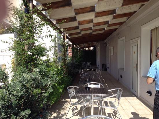 Terrazza e balcone della nostra stanza - Picture of Kimon Athens ...