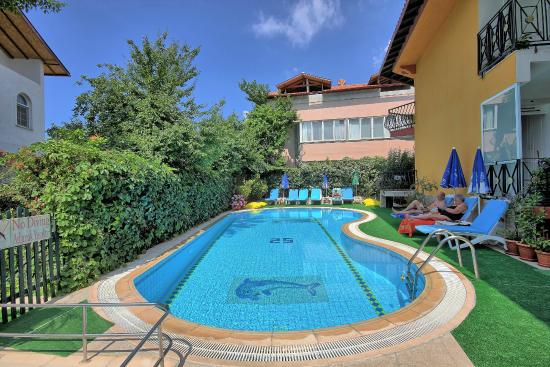 Mandal-Inn Hotel: Swimming Pool