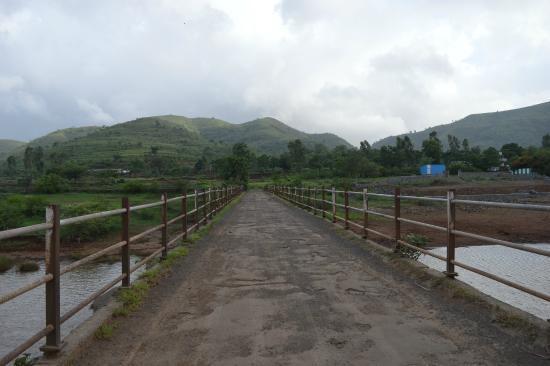 Balaji Resorts, Velhe Pune: bridge over the river