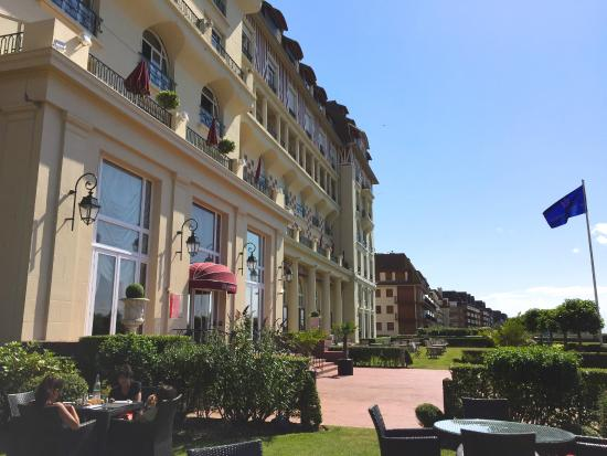Entr e cot oc an picture of hotel barriere le royal for Hotels barriere