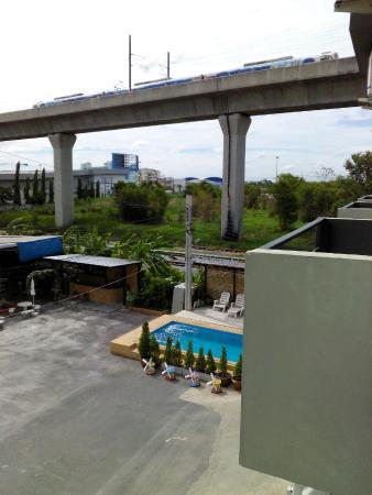 Nest Boutique Resort : Noise making trains