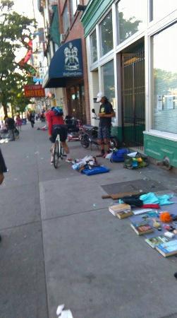 โรงแรมบัดเจดอินน์ แพททริเซีย: Homeless people and drug addicts selling stuff found in trash, 5 min walk from the hotel