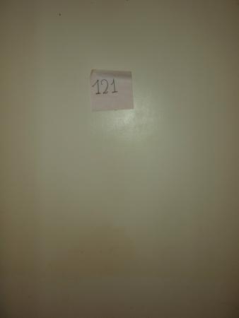 zelf de nr van de kamer is der maar bij geplakt