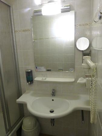 Hotel Novapark: Bathroom with plenty of room to leave things in