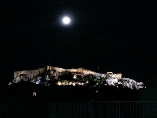 Kimon Athens Hotel: Night view from terrace
