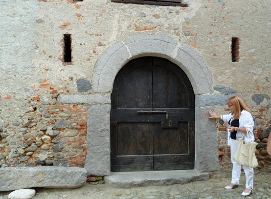 Ricetto di Candelo: Antico portale con architrave di pietra