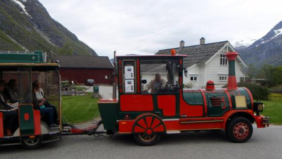 Eidfjord, Norvège : Red train takes you around for a very short time