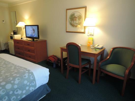 La Quinta Inn & Suites Seattle Bellevue / Kirkland : desk and TV