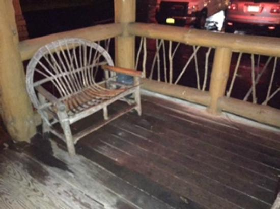 Christopher's Restaurant & Country Lodge : Front porch.. dirty chairs