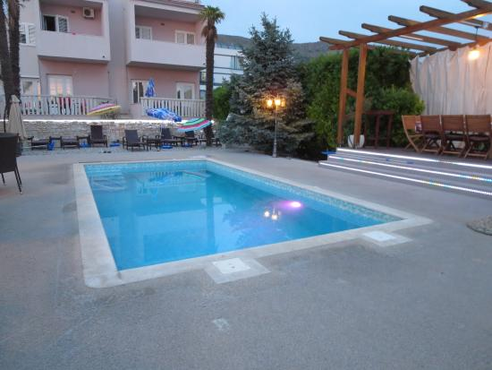 Villa Hotel BB (Apartments Bozikovic): Poolside