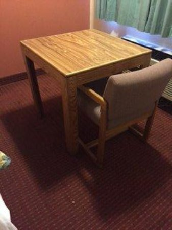 EconoLodge : table chair  very basic