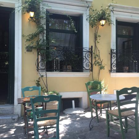 To Kafeneio: Lovely lunch on a Sunday afternoon - not so far from the Plaka crowds, with locals frequenting.