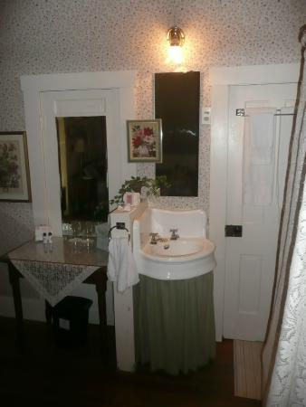 Walnut Street Inn: Bathroom area