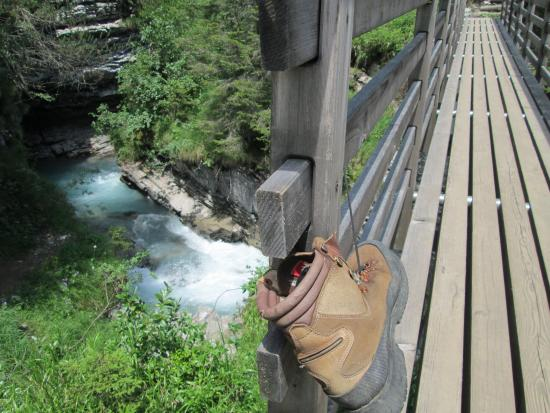 Flims, Schweiz: narrow gorge with new bridge and an intriguing boot attached