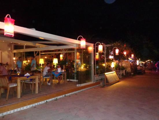 Karbel Hotel: Вечерняя улица Олюдениза