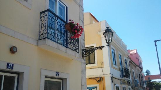 Distrito de Setúbal, Portugal: Pormenor varanda florida e candeeiro