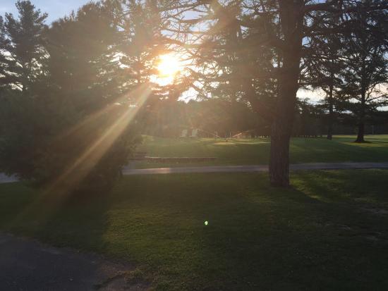 Asbestos, Canadá: Fin de journée bein chaude. Le système d'arrosage en fonction quand le soleil descent au club ho