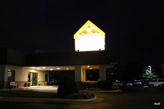 Quality Inn Tysons Corner: At night