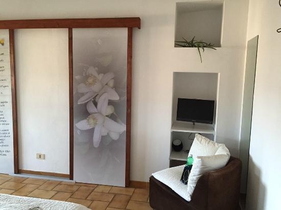 Bed & Breakfast Luna & Limoni: комната. За дверью шкаф