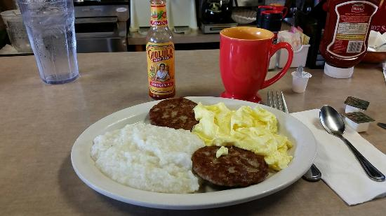 Tin Can Cafe: Eggs with grits and sausage patties & toast