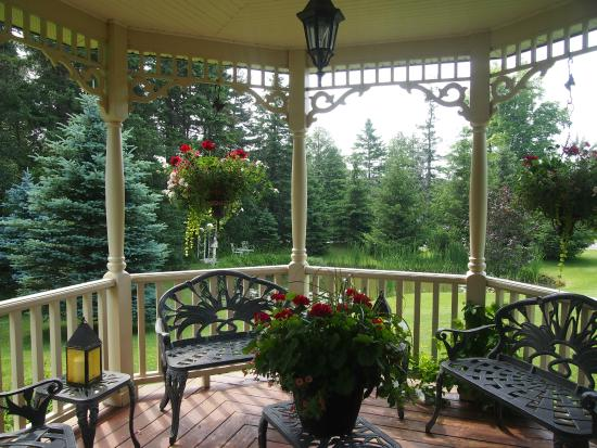 Anderson House Bed & Breakfast: Front porch