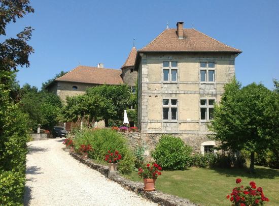 Saint-Martin-de-la-Cluze, France : Building and garden