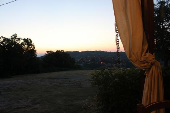 Agriturismo Antico Casale Pozzuolo: Panorama Tramonto dalla veranda ristorante