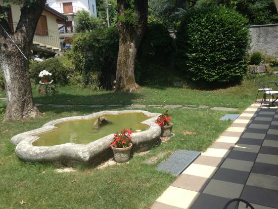 Albergo Ristorante La Torre: giardino con fontana