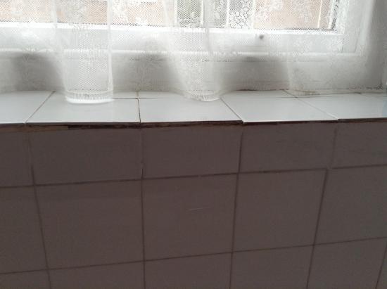 Mansfield Manor Hotel: Terrible tiling in bathroom